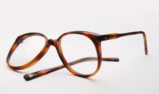Broken「Broken eyeglasses on white background, close-up」:スマホ壁紙(3)