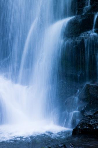 滝「流れ落ちる水」:スマホ壁紙(19)