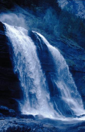 縦位置「Cascading waterfall」:スマホ壁紙(7)