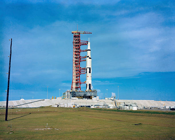The Apollo Saturn 501 launch vehicle mated to the Apollo spacecraft.:スマホ壁紙(壁紙.com)