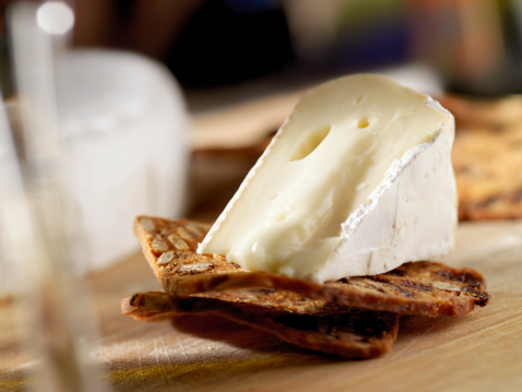 Side Dish「Brie Cheese on Crackers with Wine」:スマホ壁紙(1)