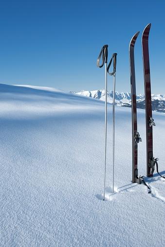 スキー「ヴィンテージのスキー場とスキーポール雪の新しいた」:スマホ壁紙(2)