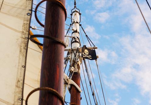 Threats「USA, Maine, Camden, Close-up of sailboats mast and pirate flag」:スマホ壁紙(17)