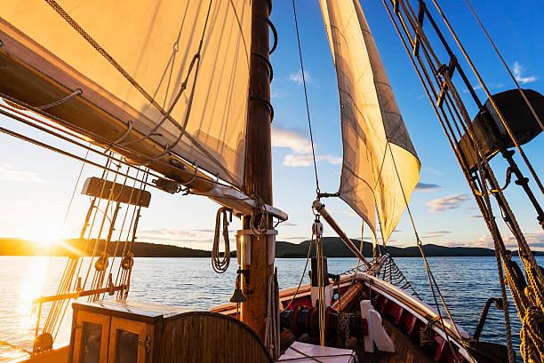 USA, Maine, Camden, Sailboat against sunset sky:スマホ壁紙(壁紙.com)