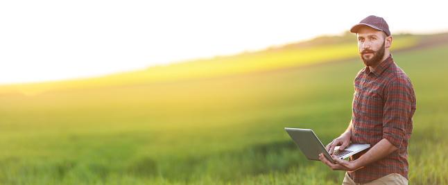 計画する「フィールド上のラップトップを使用して若い農夫」:スマホ壁紙(5)
