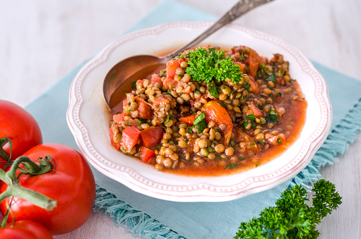 Doily「Lentil tomato salad with parsley in bowl」:スマホ壁紙(8)