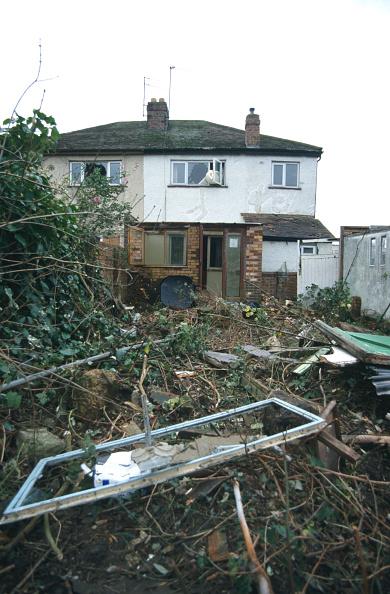 Front or Back Yard「Debris in back garden of derelict semi-detached house Cheltenham, United Kingdom」:写真・画像(13)[壁紙.com]