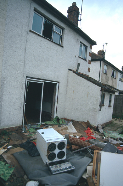Blank「Debris in back garden and patio of derelict semi-detached house Cheltenham, United Kingdom」:写真・画像(0)[壁紙.com]