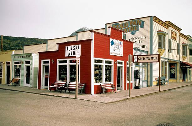 Shops at a street corner, Skagway, Alaska, USA:スマホ壁紙(壁紙.com)
