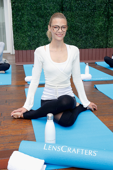 "Yoga「Jaime King and LensCrafters Host Private Rooftop Yoga Class to Celebrate New ""Love What You See"" Campaign and Overall Eye-Health」:写真・画像(6)[壁紙.com]"