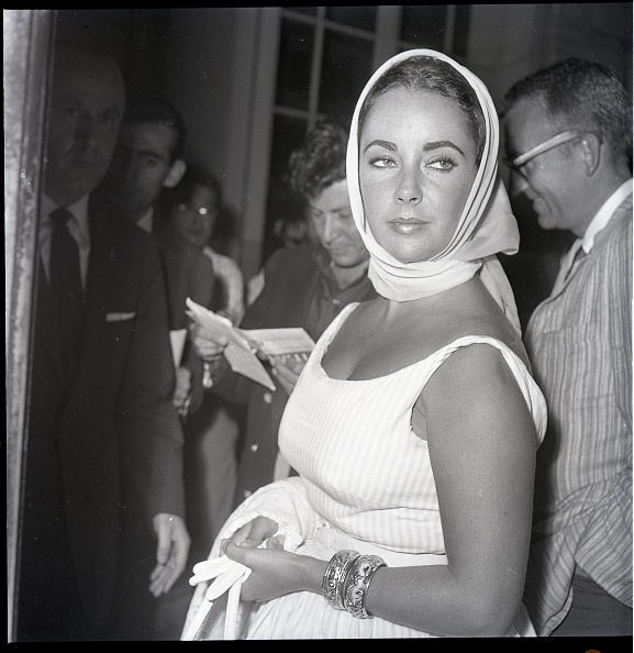 Scarf「The actress Elizabeth Taylor at the Excelsior Hotel, Rome 1960」:写真・画像(0)[壁紙.com]