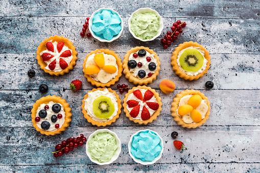 Kiwi「Mini pies with whipped cream garnished with different fruits」:スマホ壁紙(8)