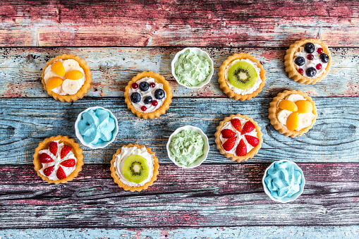 Kiwi「Mini pies with whipped cream garnished with different fruits」:スマホ壁紙(19)