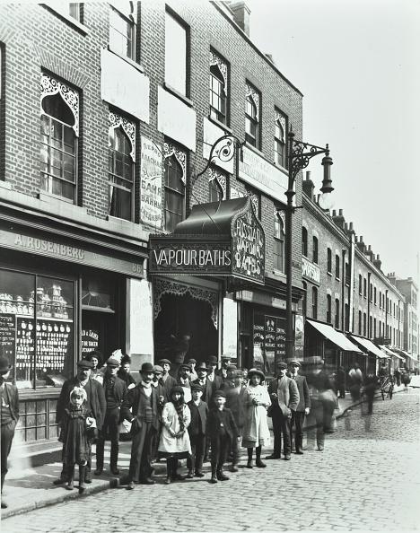 1900-1909「Crowd Outside The Russian Vapour Baths, Brick Lane, Stepney, London, 1904」:写真・画像(6)[壁紙.com]