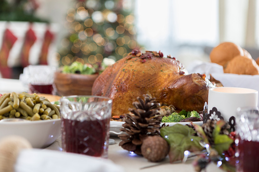 Pine Cone「Abundant Christmas dinner table is ready for guests」:スマホ壁紙(2)