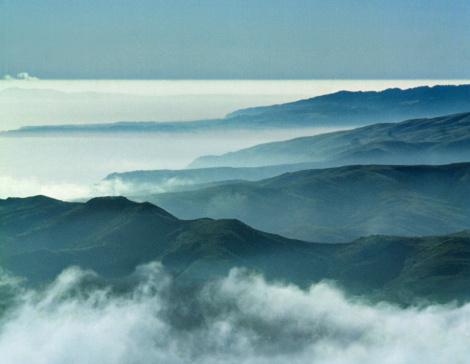 Atmospheric Mood「Rolling rocky coastline and low-lying clouds, Marin County, California, USA」:スマホ壁紙(1)