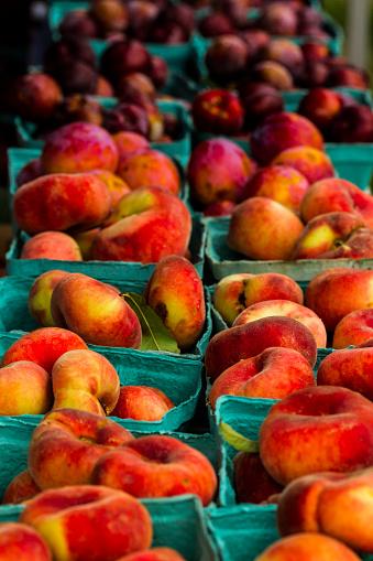 Plum「Fresh peaches and plums at market stall, Falls Church, Virginia, USA」:スマホ壁紙(11)