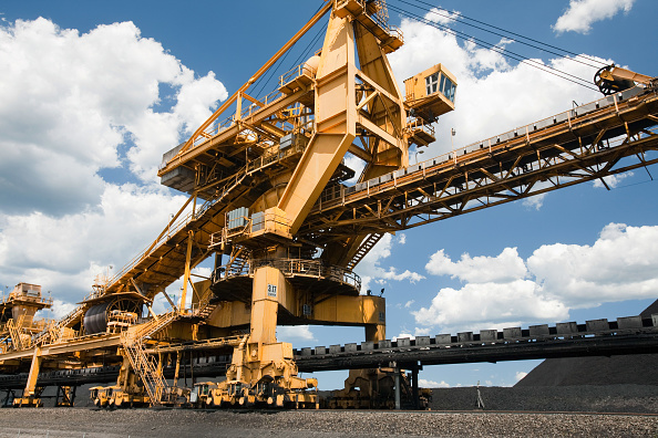 Mineral「Coal moving machinary at Port Waratah in Newcastle which is the worlds largest coal port. Coal from open cast coal mines in the Hunter Valley is exported around the world from here, especially to China. Australia relies on coal for generating around 85%」:写真・画像(10)[壁紙.com]