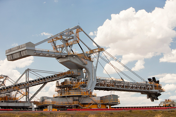 Mineral「Coal moving machinary at Port Waratah in Newcastle which is the worlds largest coal port. Coal from open cast coal mines in the Hunter Valley is exported around the world from here, especially to China. Australia relies on coal for generating around 85%」:写真・画像(11)[壁紙.com]