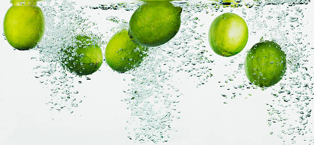 Limes splashing in water:スマホ壁紙(壁紙.com)