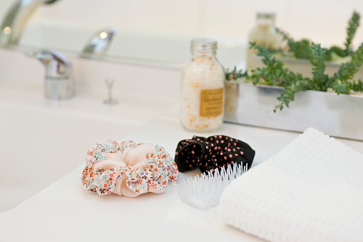 スイセン「Hairbrush and hair elastics in bathroom」:スマホ壁紙(10)