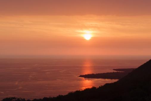 Moody Sky「Calm sunset over Kealakekua Bay, Hawaii」:スマホ壁紙(12)