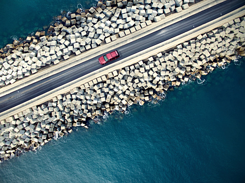 夏「Car driving along the coastline」:スマホ壁紙(6)