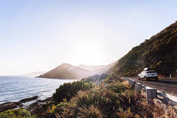 Car driving on coastal road:スマホ壁紙(壁紙.com)