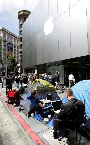 In A Row「Long-Awaited Apple iPhone Goes On Sale Across U.S」:写真・画像(15)[壁紙.com]