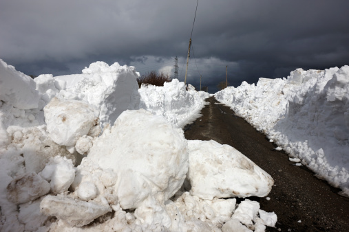 Snowdrift「Snowdrifts piled up at side of cleared narrow road」:スマホ壁紙(11)