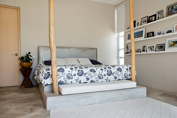 Bed and bedposts in modern bedroom:スマホ壁紙(壁紙.com)