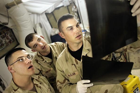 Technician「Medical Personnel At Balad Trauma Hospital Treat U.S. And Iraqi Wounded」:写真・画像(6)[壁紙.com]