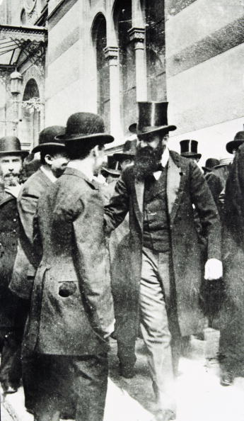 Organized Group「Theodor Herzl in front of the Synagoge of Basel」:写真・画像(4)[壁紙.com]