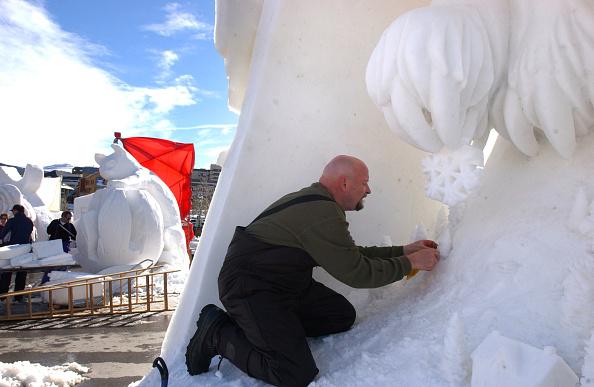 Ice Sculpture「Creators Carve Fleeting Art」:写真・画像(4)[壁紙.com]