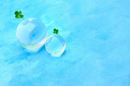 四葉のクローバー「Four leaf clover and a glass globe」:スマホ壁紙(16)