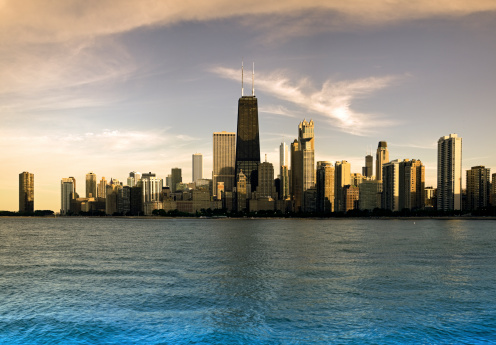 Great Lakes「USA, Illinois, Chicago, City skyline over Lake Michigan at sunset」:スマホ壁紙(4)