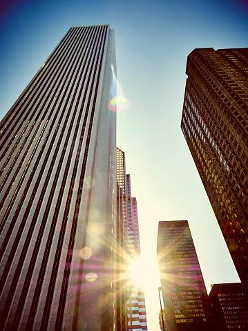 Back Lit「USA, Illinois, Chicago, High-rise buildings, Aon Center against sunlight」:スマホ壁紙(6)