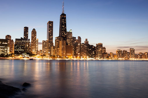View Into Land「USA, Illinois, Chicago, Gold Coast buildings at dusk」:スマホ壁紙(16)