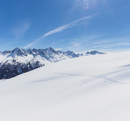 Ischgl「Austria, Tyrol, between Ischgl and Galtuer, view to snowy mountains on a sunny day」:スマホ壁紙(17)