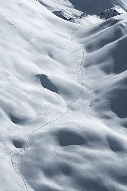 Austria, Tyrol, Ischgl, ski tracks in powder snow:スマホ壁紙(壁紙.com)