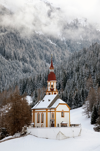 北チロル「Austria, Tyrol, Obernberg am Brenner, Church with forest in background」:スマホ壁紙(12)