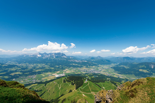 Awe「Austria, Tyrol, St. Johann, view into the valley on Kaisergebirge」:スマホ壁紙(18)