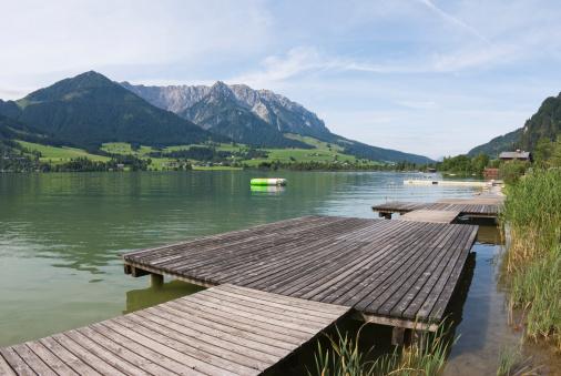 Walchsee「Austria, Tyrol, Walchsee, Boardwalk on the waterfront」:スマホ壁紙(4)