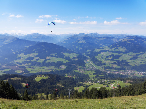 Aerial tramway「Austria, Tyrol, Kitzbuehel Alps, View from Hohe Salve to Brixen Valley with Hopfgarten, paraglider」:スマホ壁紙(10)