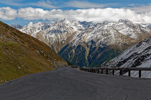 北チロル「Austria, Tyrol, Oetztal, Soelden, Oetztal Glacier Road with view to the valley」:スマホ壁紙(5)