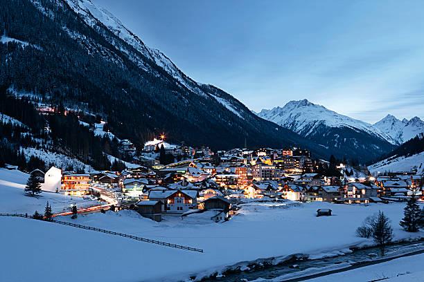 Austria, Tyrol, view on Ischgl in winter at dusk:スマホ壁紙(壁紙.com)
