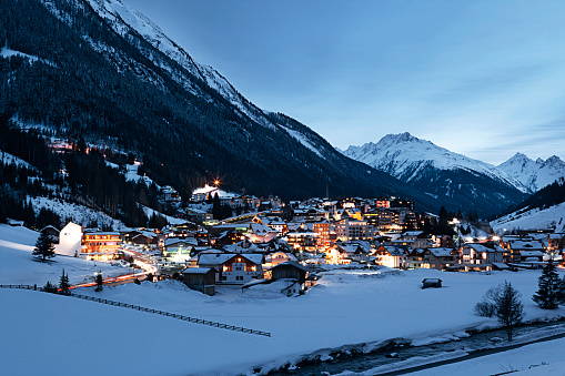 Ski Resort「Austria, Tyrol, view on Ischgl in winter at dusk」:スマホ壁紙(18)
