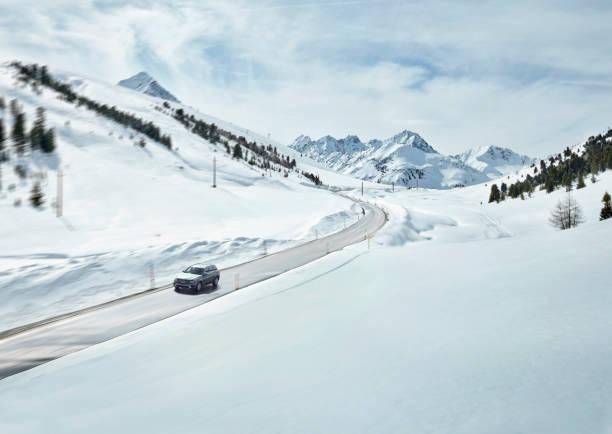 Austria, Tyrol, Sellrain Valley, Kuehtai, Car on mountain road in winter:スマホ壁紙(壁紙.com)