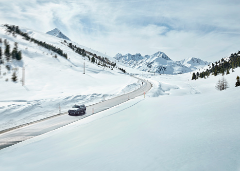 European Alps「Austria, Tyrol, Sellrain Valley, Kuehtai, Car on mountain road in winter」:スマホ壁紙(11)