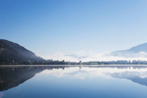 Austria, Tyrol, morning mist at Lake Walchsee:スマホ壁紙(壁紙.com)